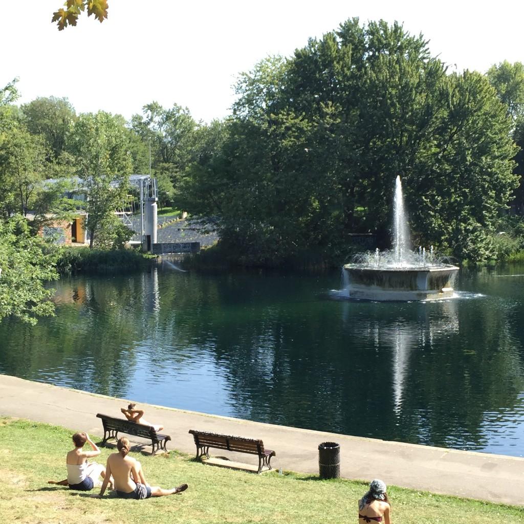 A fountain at La Fontaine Park, near The Plateau.